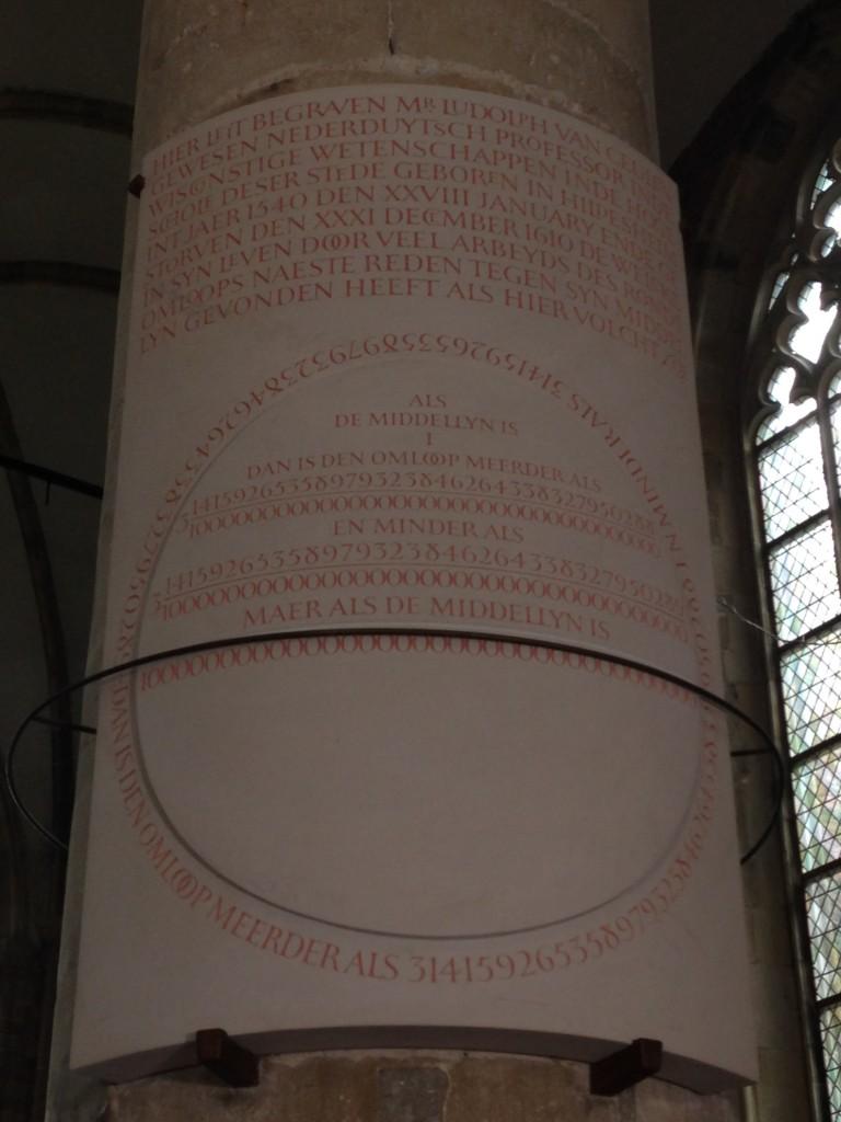 De replica van de grafsteen van Ludolf van Ceulen in de Pieterskerk.